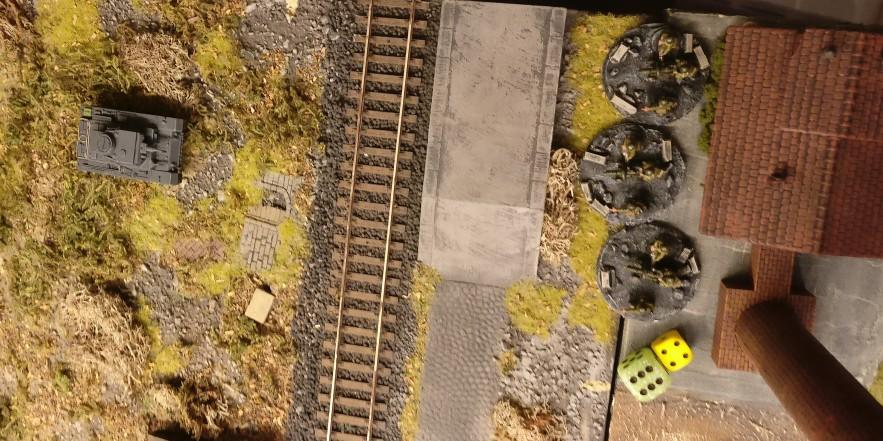 """Die HMG Foot Groups nehmen die gegenüberliegenden Panzergrenadiere unter Feuer. Man würfelt auf """"Pinnen""""."""