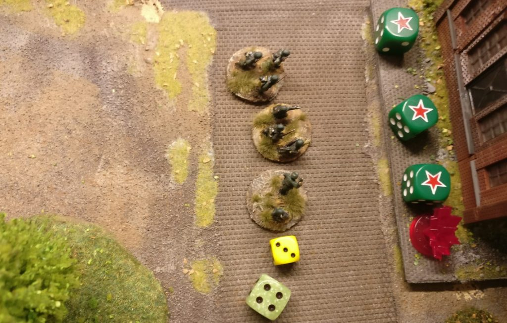 Die Foot Groups der Panzergrenadiere vor dem Lagerhaus treten ebenfalls an. 3 APs stehen zur Verfügung.