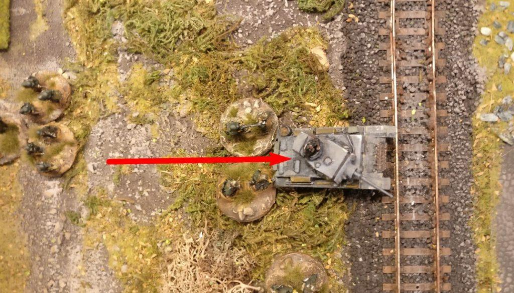 Der Flammpanzer III zieht erfolgreich zum Bahndamm vor.