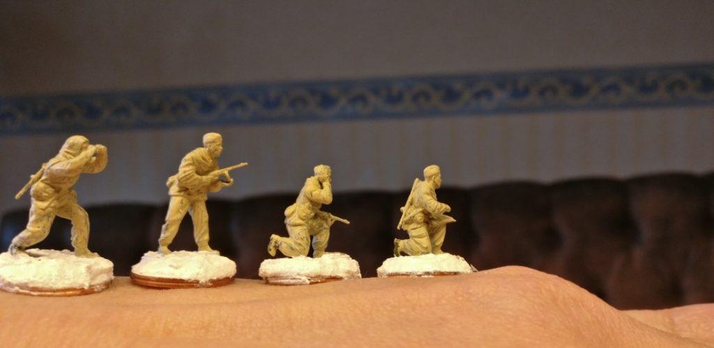 Nach dem Trocknen und dem Basieren  wirken sie schon recht komod, die Herren vom Zvezda 6137 Soviet Reconnaissance Team