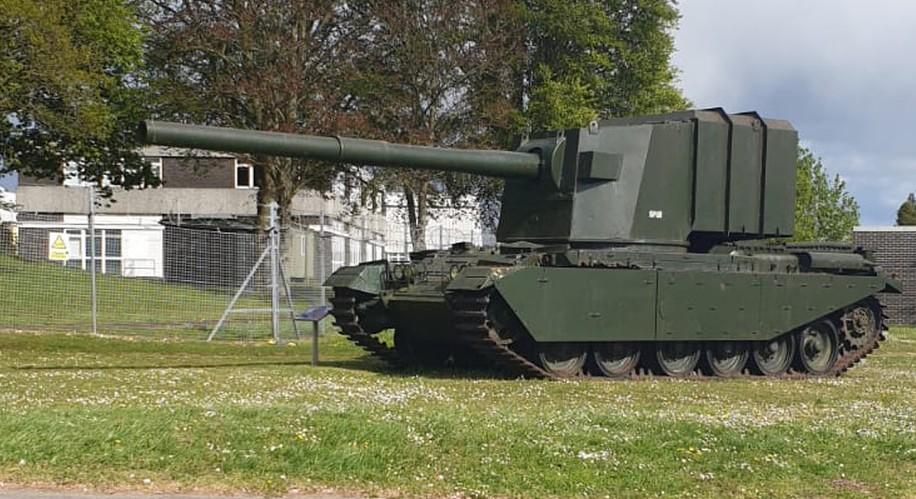 Der FV4005 mit seiner 183mm-Kanone ist ebenfalls ein typisch britisches Fahrzeug: ein Panzerjäger auf Centurion Basis.