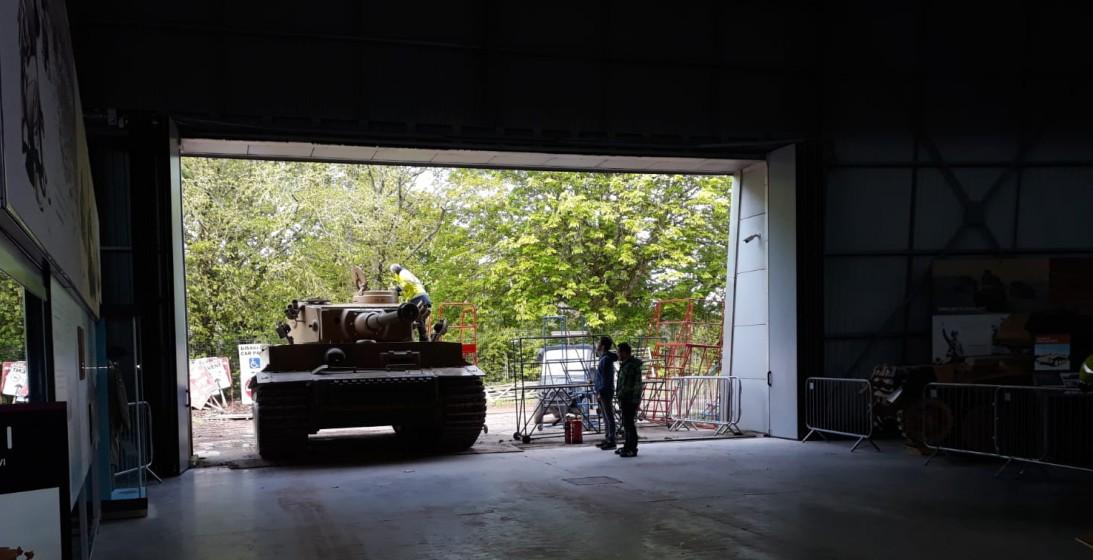 Den Tiger nur mal eben schnell in die Halle fahren. Der Panzerkampfwagen VI Tiger I in The Tank Museum Bovington am Tankfest 2019.