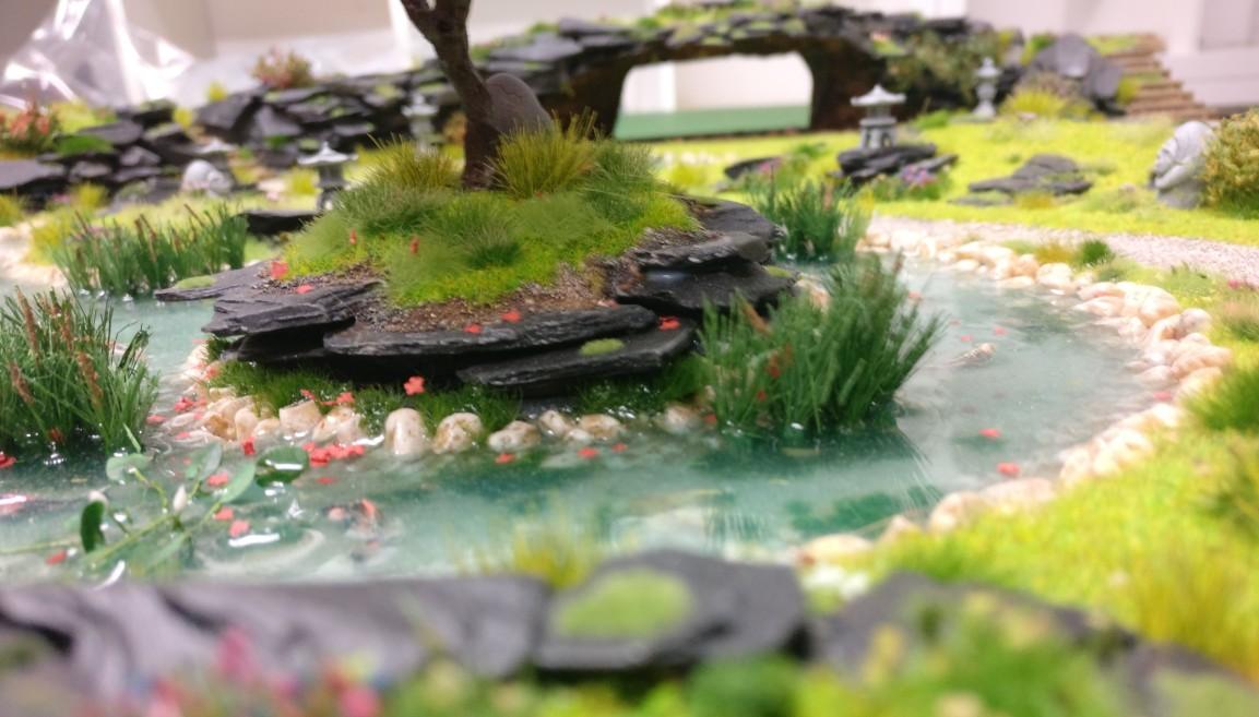 """Insel des Baumes und Teichbewuchs auf der Bushido-Spielplatte """"japanischer Garten"""" der Ad Arma."""