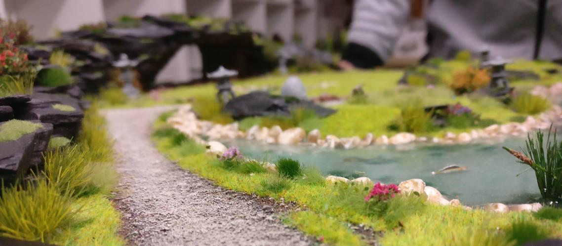 """Weg entlang des Teichs  auf der Bushido-Spielplatte """"japanischer Garten"""" der Ad Arma."""