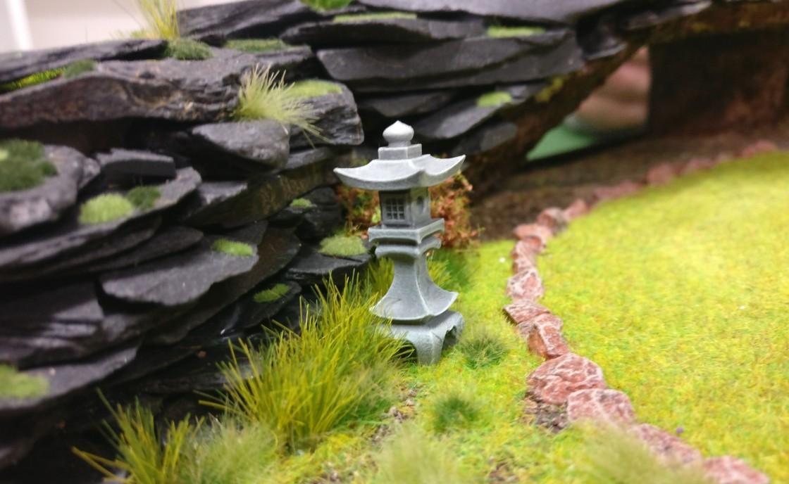 """Laterne am Weg auf der Bushido-Spielplatte """"japanischer Garten"""" der Ad Arma."""