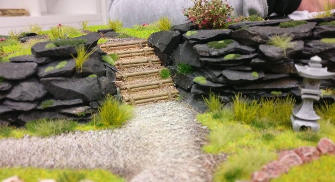 """Terrassentreppe  aus Holz auf der Bushido-Spielplatte """"japanischer Garten"""" der Ad Arma."""