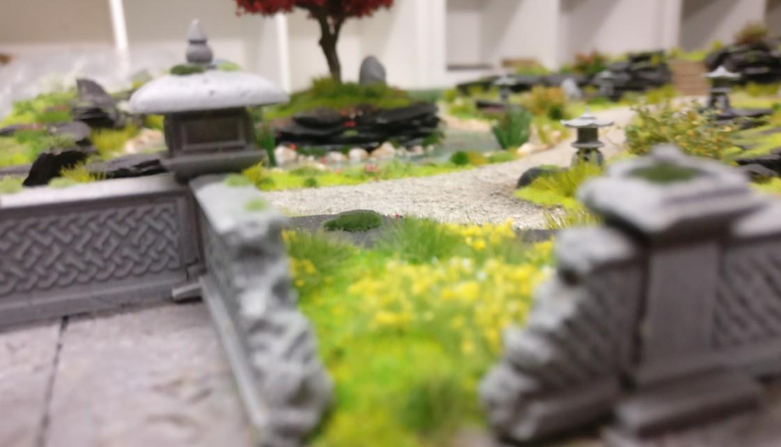 """Blick von der Steiterasse auf den gesamten Garten auf der Bushido-Spielplatte """"japanischer Garten"""" der Ad Arma."""