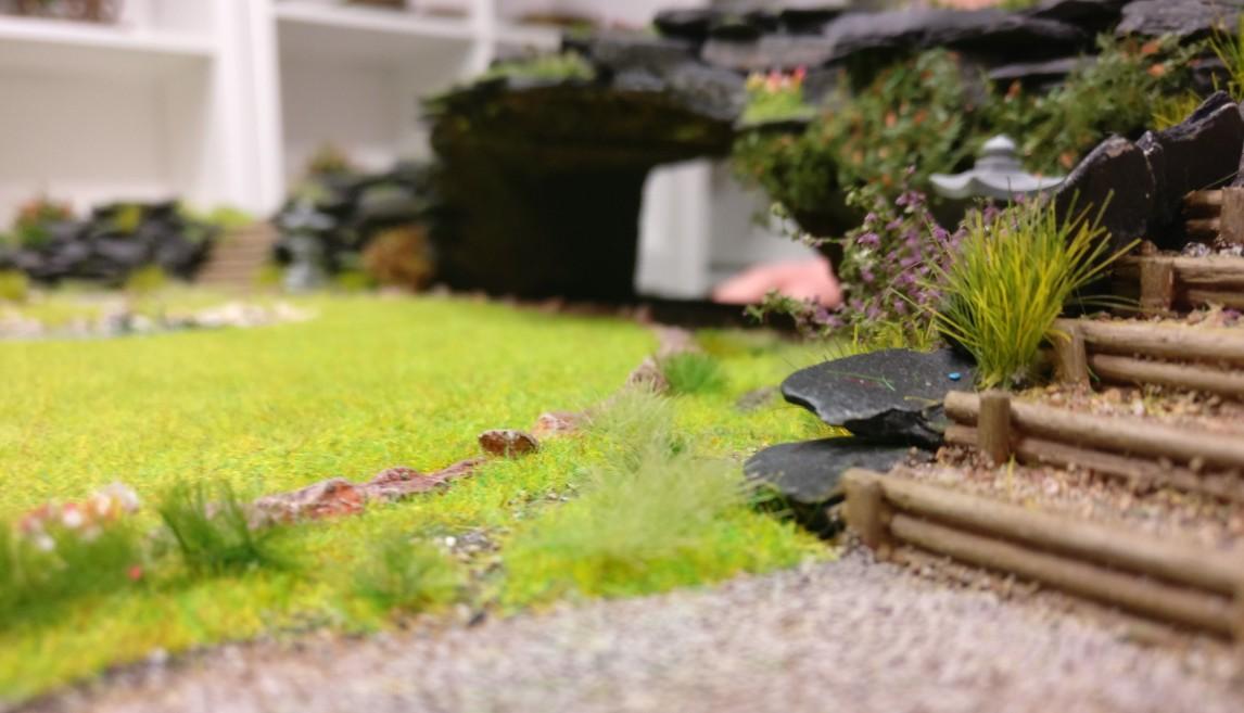 """Blick vom Weg in die Grotte auf der Bushido-Spielplatte """"japanischer Garten"""" der Ad Arma."""