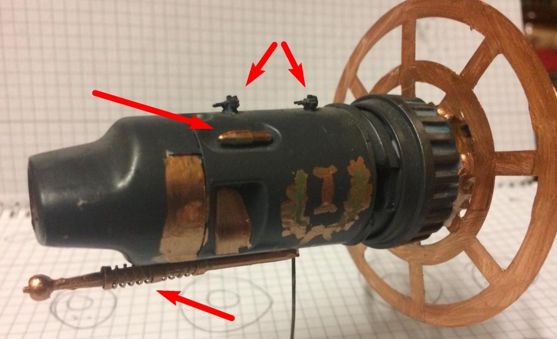 """Die """"Comodus I"""" setzt neben den beiden doppelläufigen Nöhlbold-Neutralisatoren (oben rechts erkennbar) weitere Waffensysteme ein. Der Zeitfokusprojektor ist unter dem Rumpf erkennbar. Seitlich der Nöhlbold-Neutralisatoren sieht man eine längliche Fernlenkwaffe, Es ist ein Schwafel-Schweiger, der  mittels seines Kerosin-Dystonators mit einer Reichweite von vier Galaxien geistige Tiefflieger ortet und noch während des Schwafelangriffs zum Schweigen bringt."""