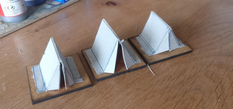 Hier wurden die gefalteten Papp-Objekte bereits auf die 40mm x 40mm MDF-Basen aufgeklebt. Mit PONAL natürlich.