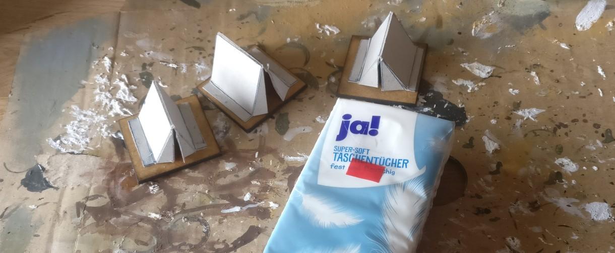 Eine Lage Papiertaschentücher kommt als strukturgebendes Element auf den Pappkarton drauf.