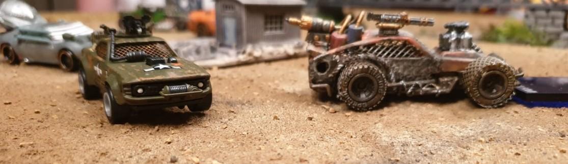 Die Cars von Maxens Gaslands Game am Start. Gleich geht das Gefetze los. Bei Gaslands sehen einfache Matchbox und Hotwheels Cars manchmal recht cruel aus. Unserem Max fällt es als erfahrenem Modellbauer natürlich leicht, einem gepflegten Streetcruiser ein furchteinflößendes Äußeres einzuhauchen.