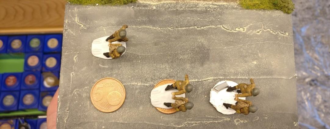 Auch die ziehenden HMG-Schützen werden auf 5-Cent-Basen gesetzt. Der Plastiksockel gibt zusätzliche Stabilität.