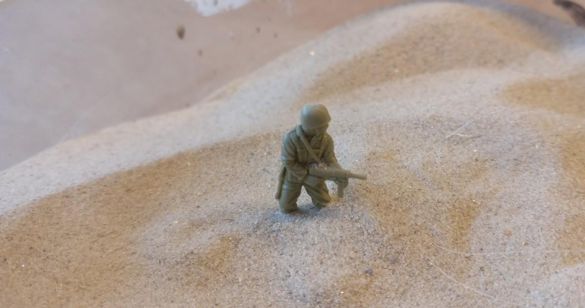 Nach Auftrag der Strukturpaste folgt das Sandbad, das die Körner auf der Base haften lässt.