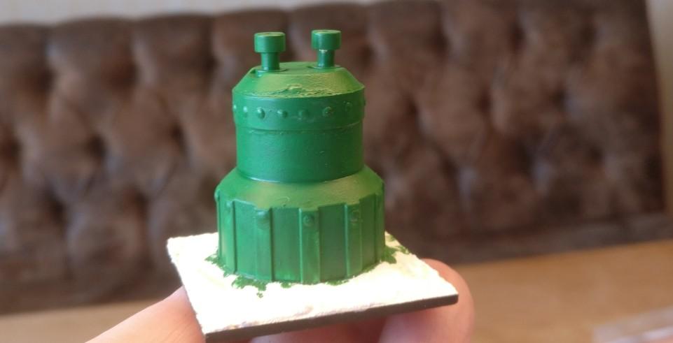 """Die Zeitmaschine wird mit """"Laubgrün"""" grundiert. Man erkennt langsam, dass die Gerätschaften unter Steampunk abgeheftet werden sollen."""