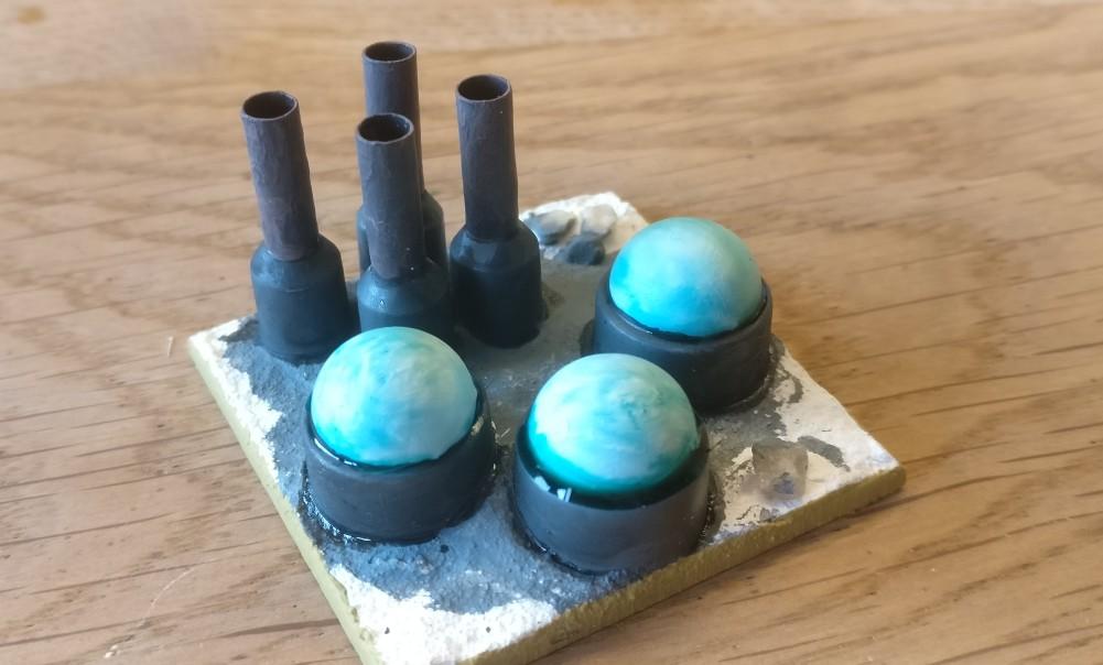 Die drei Kuppeln werden weiß überzogen und mit einer türkisfarbenen Ink überzogen. Die Kuppeln werden dann mit farblosem Glanzlack überzogen.