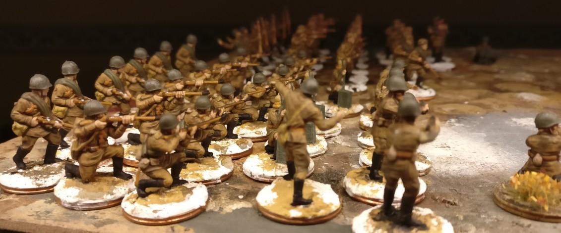Stiefel und Waffen sind bemalt. Figuren aus den Sets Revell Set 02510 Soviet Infantry und Plastic Soldier Set WW2020001 Russian Infantry in Summer Uniform.