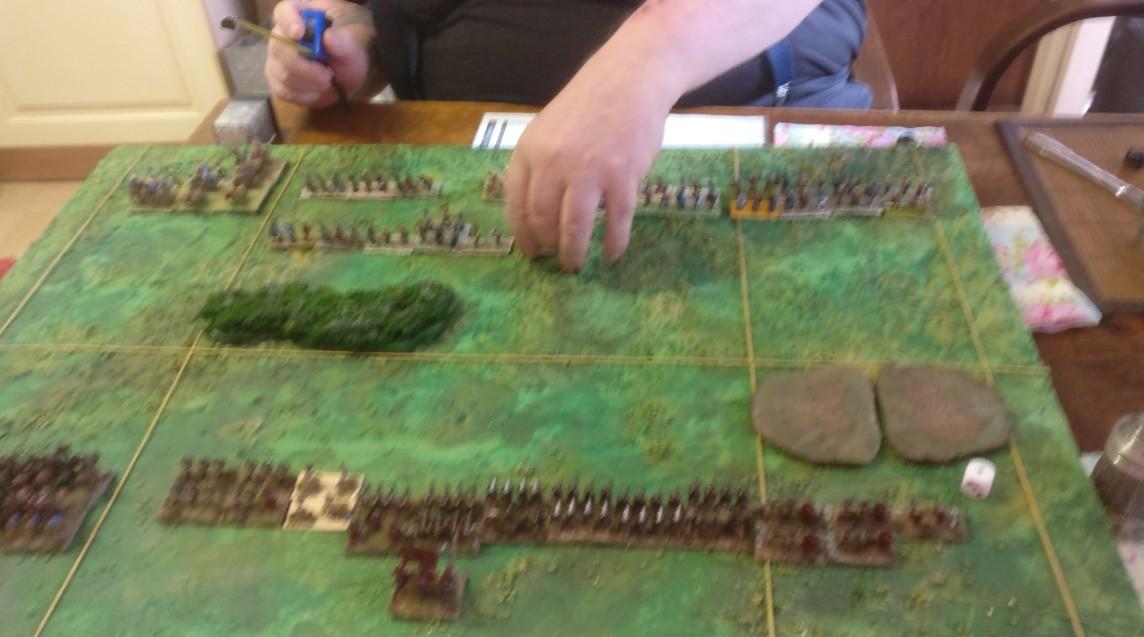 Das ARMATI-Spielfeld. Oben haben sich die Galater von XENA aufgebaut. Unten stehen die Legiones Commoti mit ihren Stützstreben aus XENAs Beständen.