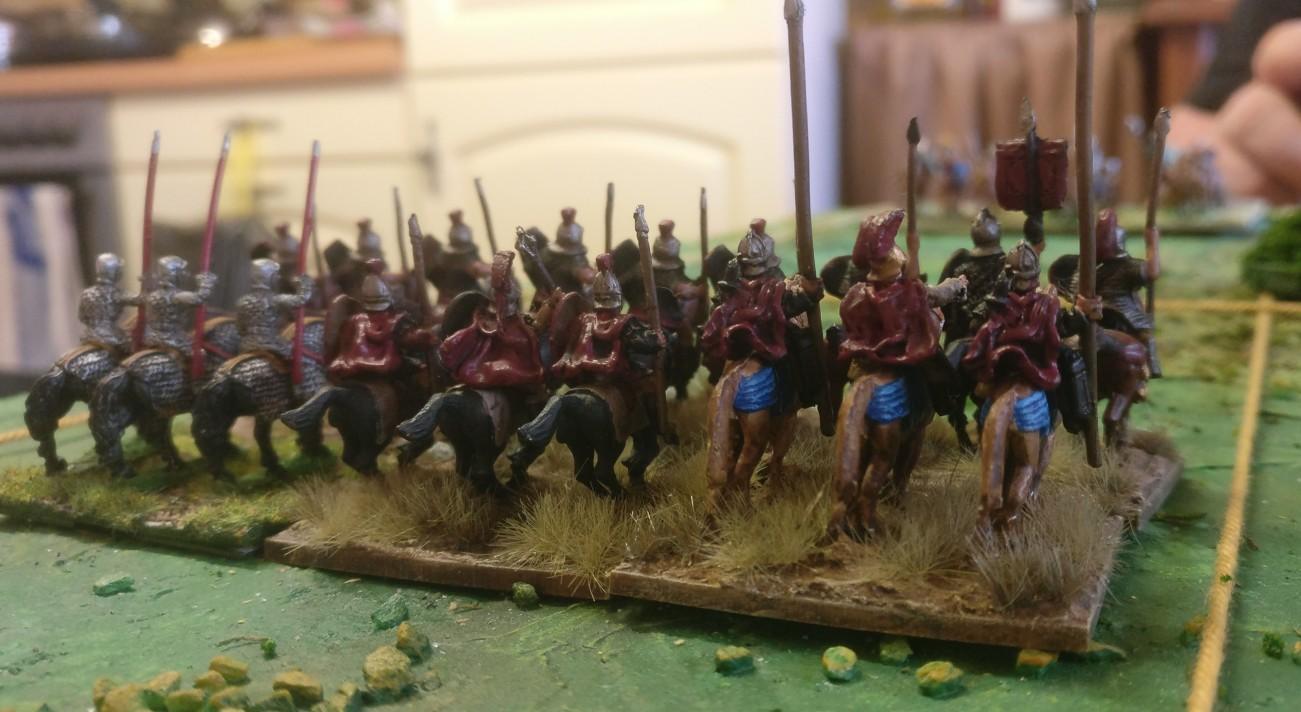 Auf dem linken Flügel der römischen ARMATI-Armee die sechs Reiter-Basen. Ganz links stehen die Kataphrakten.