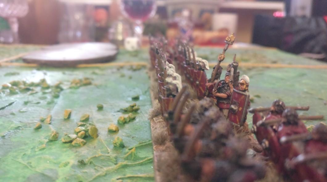 Der Centurio Gaius Hackfleischus hebt das Schwert.