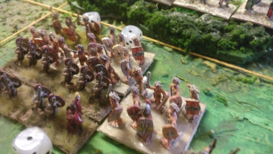 Die Auxilia nähern sich dem unwegsamen geländestück in Spielfeldmitte. Plötzlich preschen übelriechende Gallier heraus. Uniformen und Manieren haben sie im Wald gelassen. Es entwickelt sich ein Gefecht.