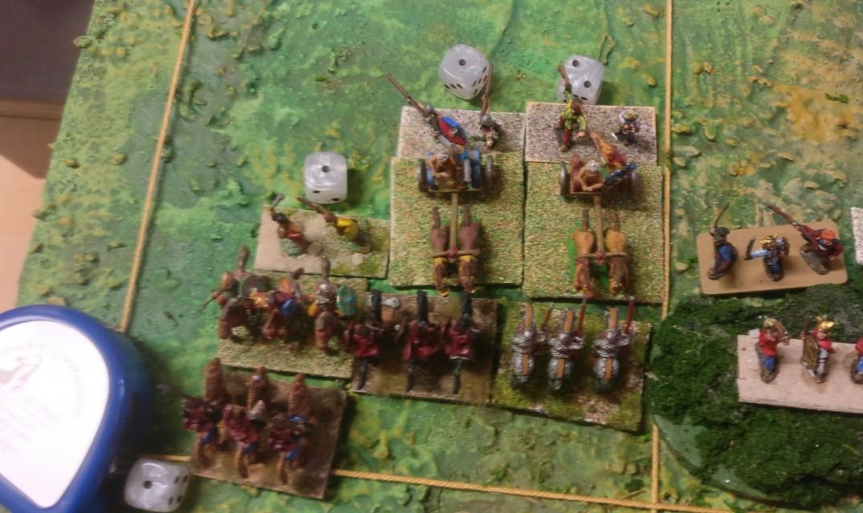Bei den Streitwägen ist bereits die zweite Dreiergruppe der römischen Reiterei am Start.  Die machen nun viel Druck, auch weil sie stärker sind, doch die Zeit arbeitet bereits gegen die Römer.