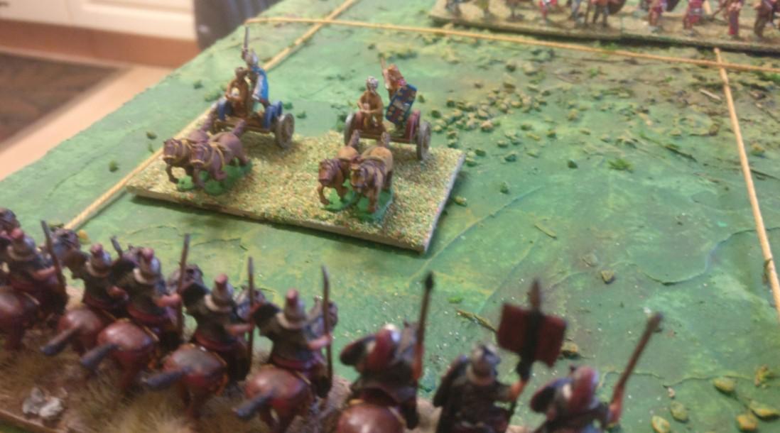 Die beiden verbliebenen Streitwägen auf XENAs rechter Flanke nähern sich den römischen Reitern. Morituri te salutant!