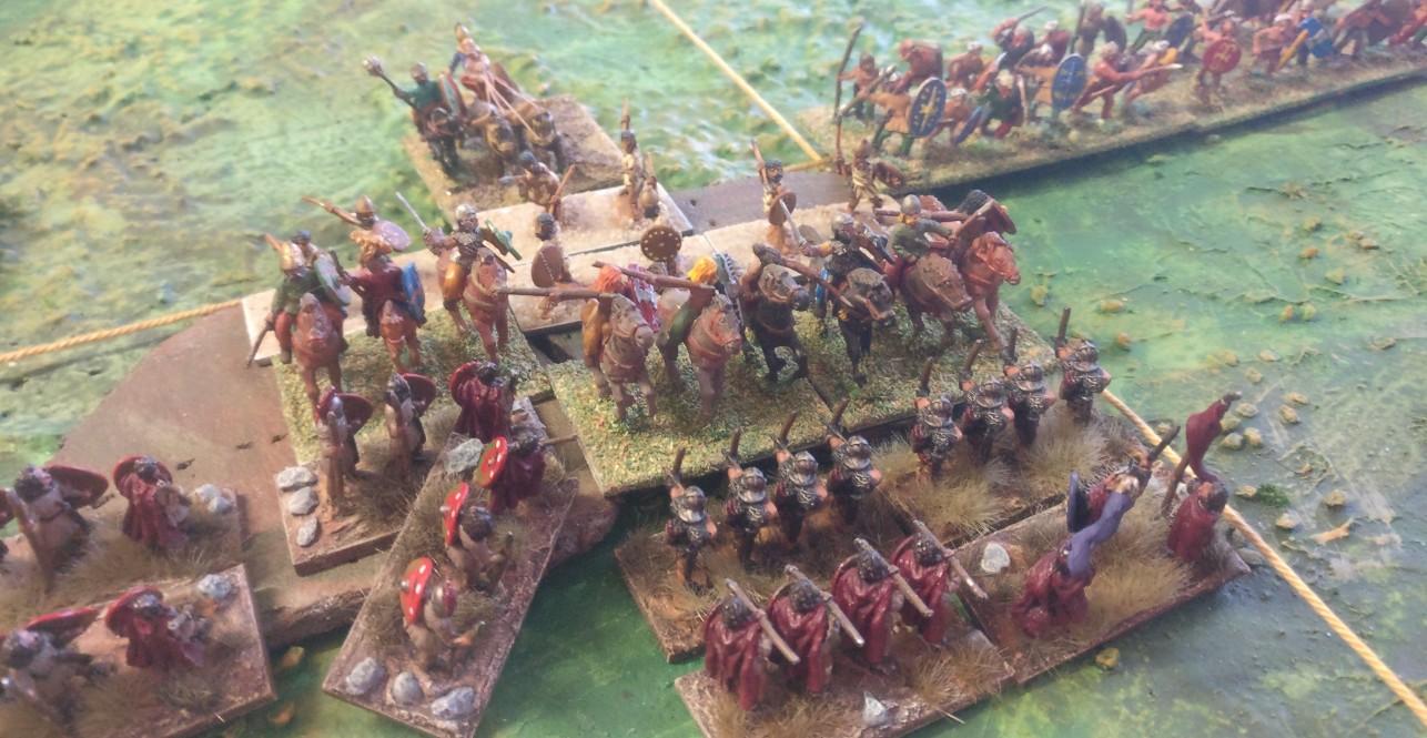Die Streitwägen im Zentrum preschen über den Hügel und greifen die Auxilia an. Mit Fernkampf war es dieses Mal nichts. Die Auxilia sterben, ohne einen Schuss abgegeben zu haben.