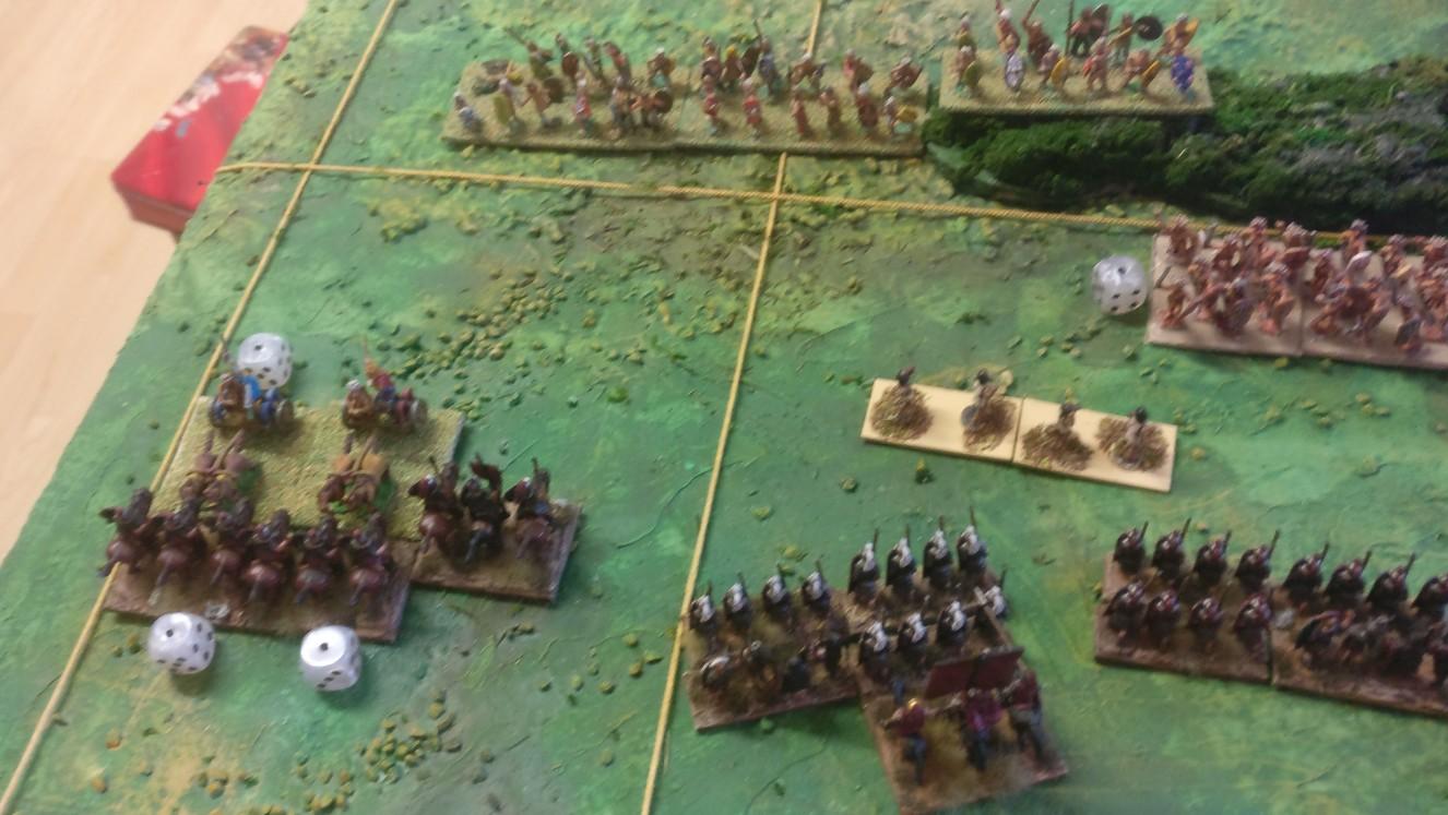Das Gefecht der Reiter und Streitwägen beginnt, sich zu der Römer Gunsten zu entscheiden. Ein Flankenangriff zeichnet sich ab.