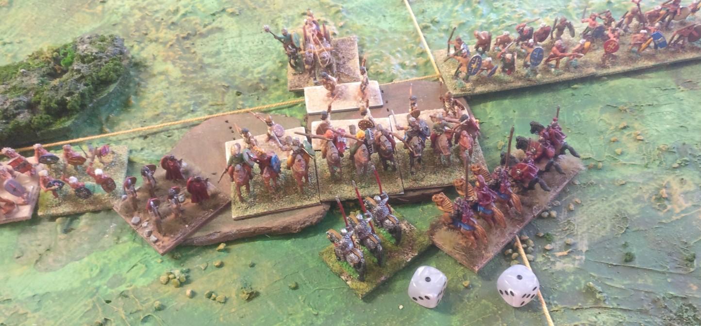 Die schweren Reiter der Römer greifen die Streitwägen an. Man hat den Nachteil, uphill angreifen zu müssen. Aber wat mutt, dat mutt!
