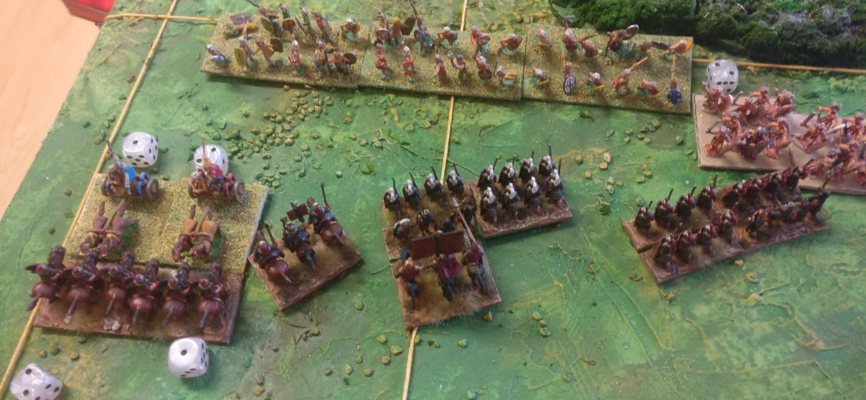 Die Legionäre wenden sich den nahenden Galatern zu.  Bei den römischen Reitern ist nun der Flankenangriff im Gange.