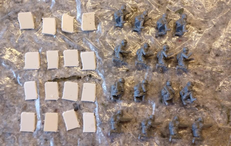 Die Figuren der Bediener wurden montiert. Für jede Figur wurde eine Sockelplatte aus Plasticsheet geschnitten. Sie wird mit der Figur verklebt und sorgt später für einen besseren Halt der Figur auf der Base.