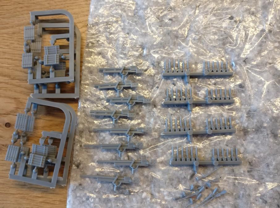 Der Bausatz bietet noch eine Geschützvariante und zusätzlich Granatpatronen und Waffen als Zubehör.