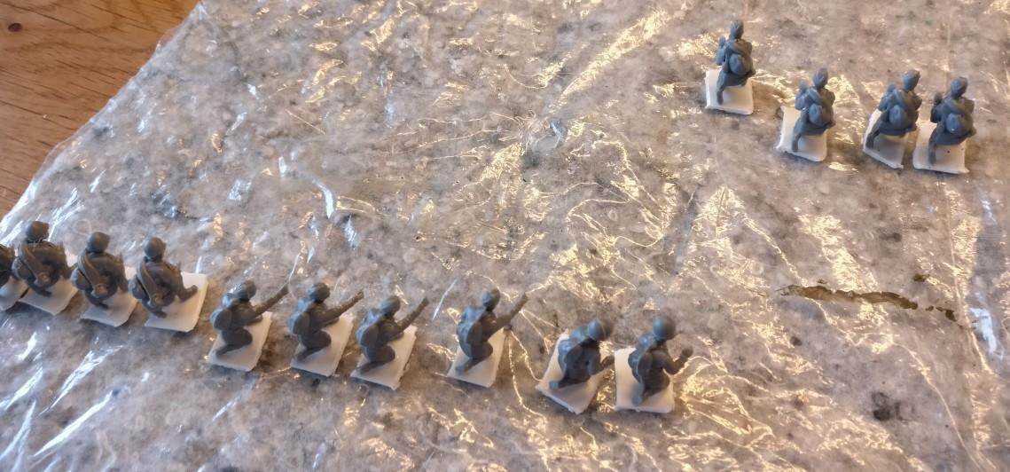 Die Figuren der Bedienmannschaften wurden bereits auf die Plastiksockel geklebt.
