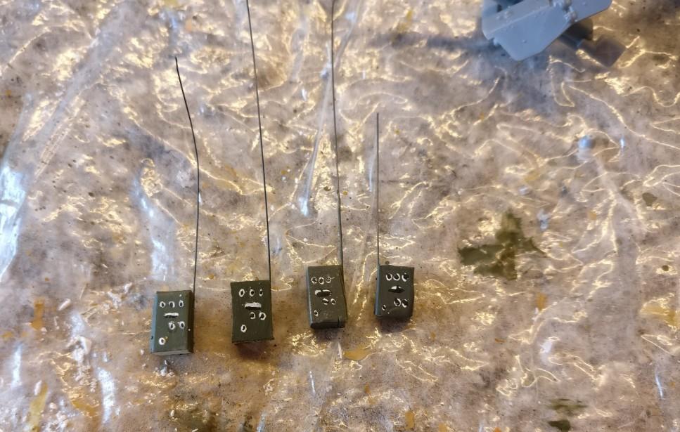 Vier der Figuren werden zweckentfremdet. Sie erhalten ein Funkgerät mit auf die Base und werden so zu Funkern.