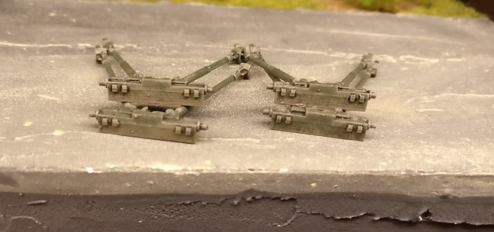 Die fertig verschmutzten Lafetten der 45mm-Paks