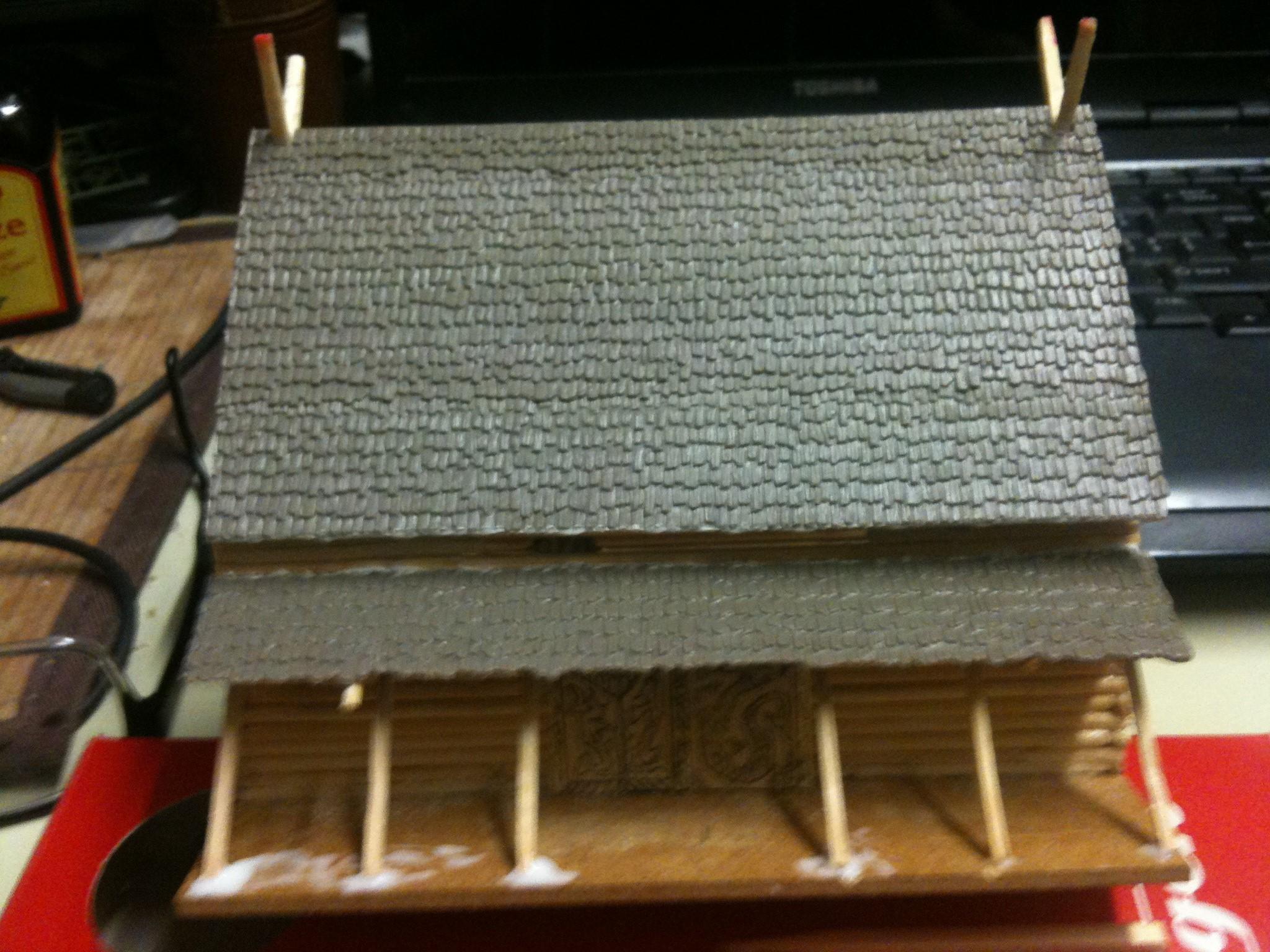 Die Dachschindelplatten aus Kunststoff stammen aus dem Modellbahnzubehörhandel.