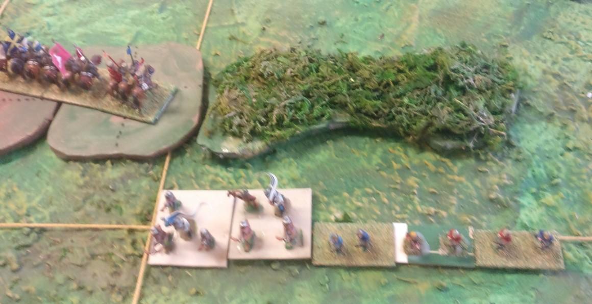 Die Schweizer Fernkämpfer kommen aus dem Gestrüpp. Die Ritter könnten das Gestrüpp umgehen. Das stellt sich aber als zu langsam heraus.