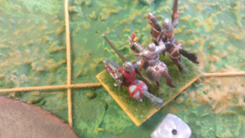 Ein Ritter schwenkt ein, nachdem er zuvor einen der Schweizer Ritter zu Fuß gebröselt hat.
