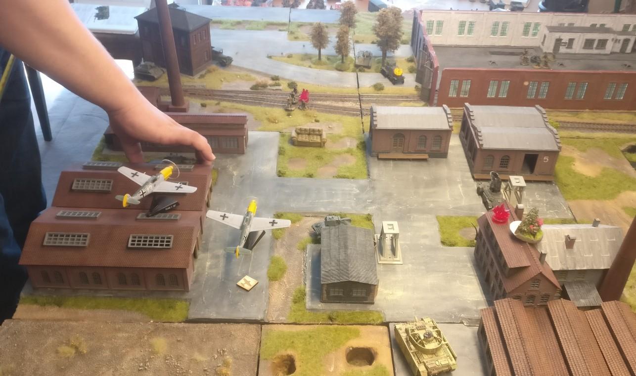 Hier zieht ein T-34 hinter die Werkshalle. Er wird später von einem Minenmärkchen gebröselt.