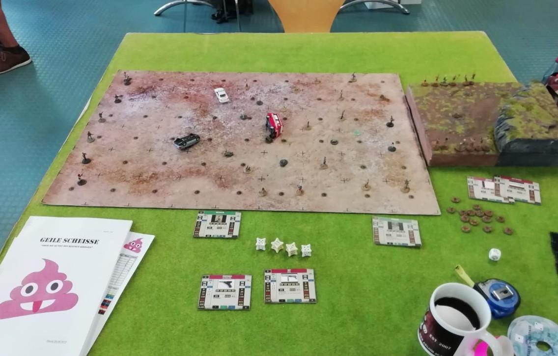 Das Spielfeld auf Doncolors Demotisch. Rechts im Bild: die Ugah-Ugah-Spielplatte.