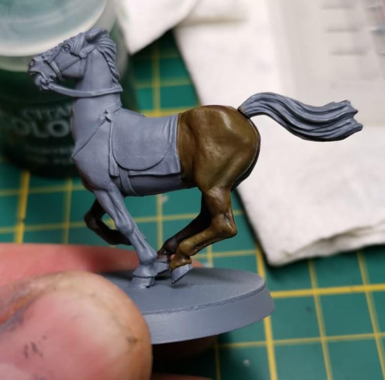 Ein Pferd - bemalt mit hellen Citadel Contrast Farben. Erkennt ihr den Unterschied?