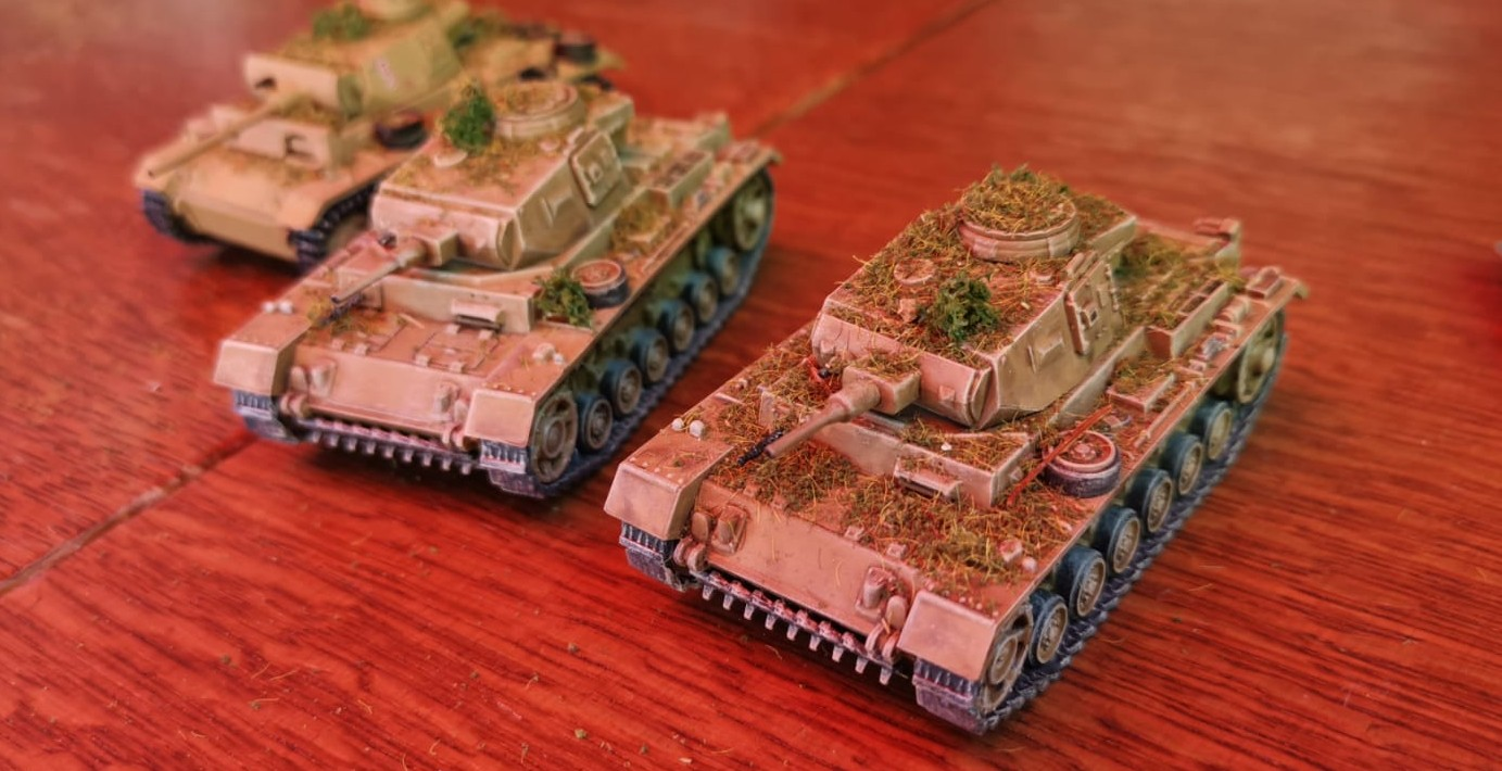 Einige Panzerkampfwagen III. Das Gras auf dem Panzer III stammt von den neckischen SAGA-Spielern.