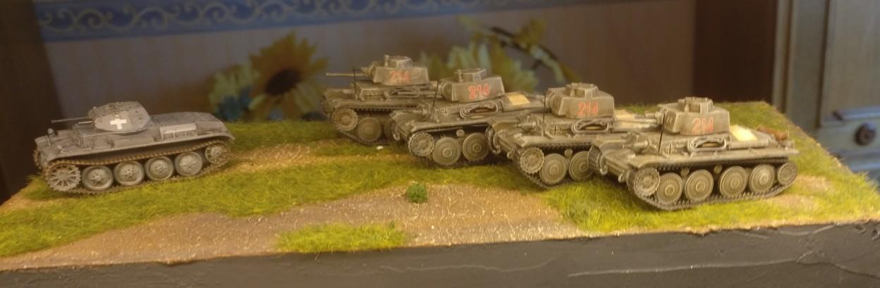 Die vier Tschechen und ein Panzer II, der sich auch noch angefunden hat. Noch sind die DeAgostini Panzersammlung Nr. 57 Pz.Kpfw.38 (t) Ausf. F in der alten Bemalung.