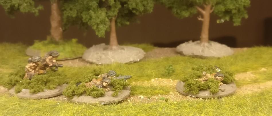 """Die PIAT-Squads des Flames of War British Infantry Platoon erhielten Flockige Büsche auf die Base. """"Clump Foliage"""" von """"Woodland Scenics""""  habe ich hier verwendet."""