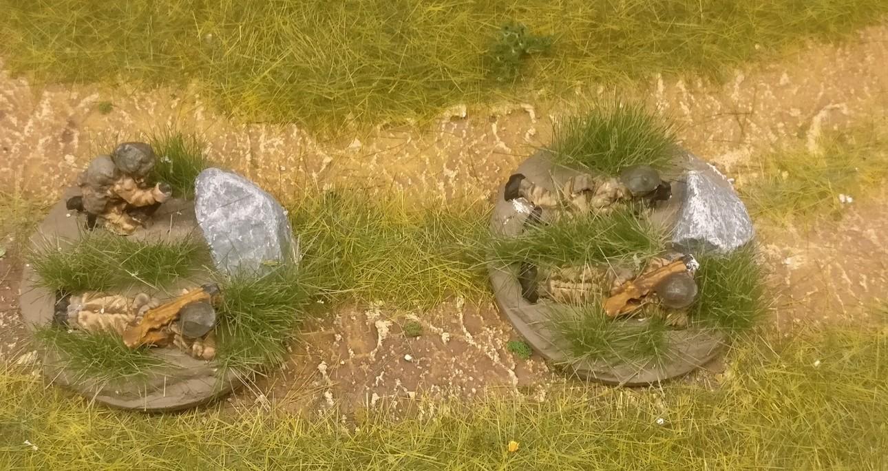 """Die """"ordnance SBML two-inch mortar"""" des Flames of War British Infantry Platoon erhielten simple Grasbüschel von MiniNatur auf die Base."""