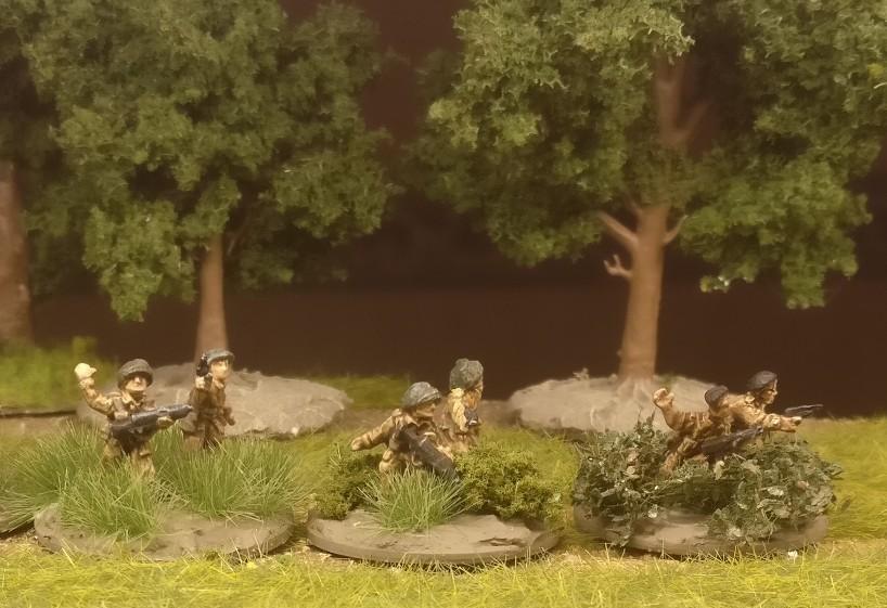 Die Rifle Foot Groups des Flames of War British Infantry Platoon erhielten Grasbüschel und Efeu von MiniNatur auf die Base.