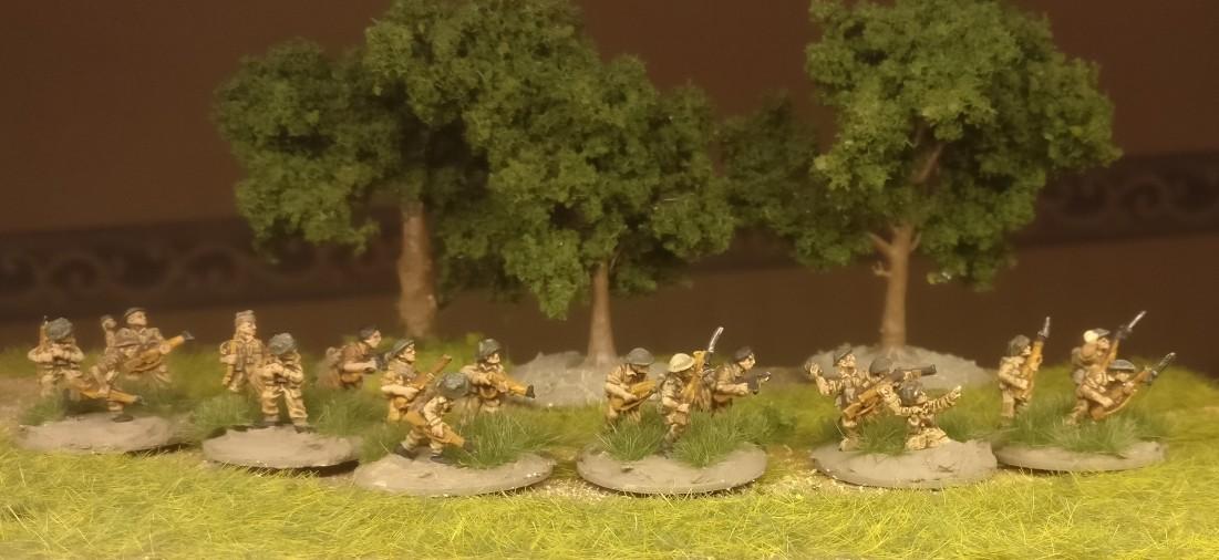 Einge der Rifle Foot Groups des Flames of War British Infantry Platoon erhielten nur Grasbüschel von MiniNatur auf die Base.
