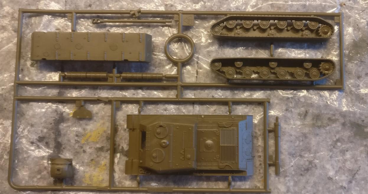 """Der Italeri Bausatz 7503 """"ISU-122"""" ist übersichtlich. Er bietet beide Optionen: ein ISU-22 oder ein ISU-152 zu bauen."""