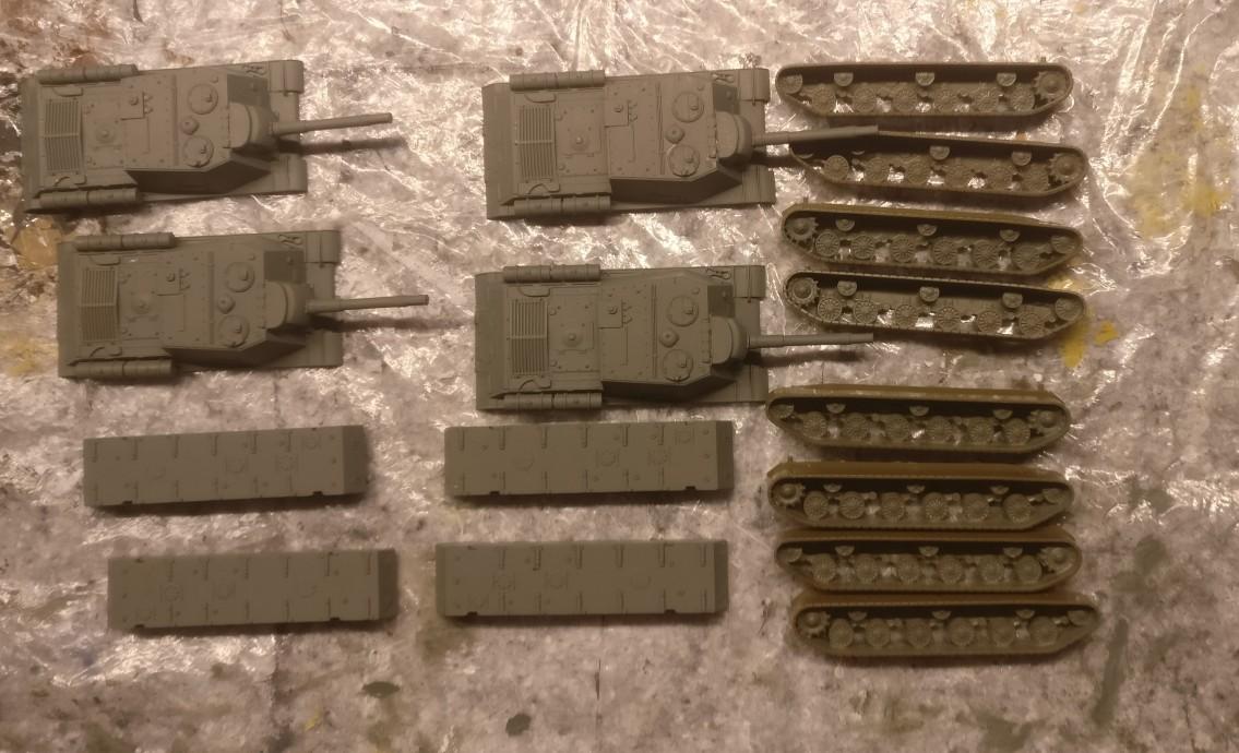 """Ruhe kehrt ein. Die Teile der vier ISU-152 aus dem Italeri Bausatz 7503 """"ISU-122"""" sind mit """"Grüngrau"""" grundiert."""